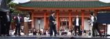 真顔でSPになりきる長田庄平(中央)=京都国際映画祭『#えがおでつながるPRステージ』 (C)ORICON NewS inc.