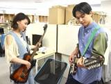 ベースとギターを手にする(左から)若山詩音、吉沢亮=劇場版アニメ『空の青さを知る人よ』スタジオ訪問 (C)ORICON NewS inc.