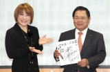 竹本直一内閣府特命担当大臣(右)にサインを手渡した松本梨香=クールジャパン・アンバサダー任命式 (C)ORICON NewS inc.