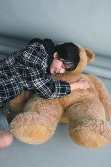 平手友梨奈がクマのぬいぐるみに抱きついて満面の笑み(C)『ViVi』12月号