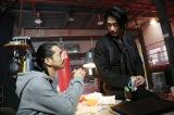 『シャーロック』第4話に出演する(左から)金子ノブアキ、ディーン・フジオカ(C)フジテレビ