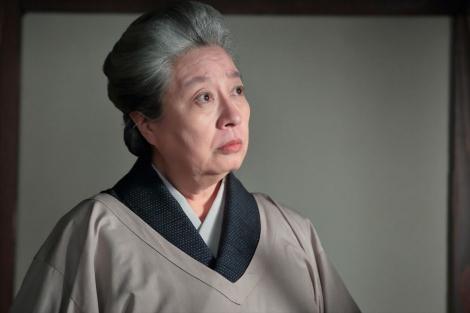 連続テレビ小説『スカーレット』第3週・第13回より。新しい女中の喜美子が思ったよりも若く、驚く大久保のぶ子(三林京子)(C)NHK