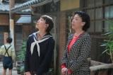 連続テレビ小説『スカーレット』第3週・第13回より。荒木荘に到着した喜美子と荒木さだ(羽野晶紀)(C)NHK
