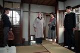 連続テレビ小説『スカーレット』第3週・第13回より。 大久保に喜美子を紹介するさだ(C)NHK