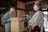 連続テレビ小説『スカーレット』第3週・第17回より。大久保から、ストッキングの破れているところを直すように言われる喜美子(C)NHK