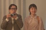 連続テレビ小説『スカーレット』第3週・第18回より。下着ショーが始まりカメラを構えるちや子(C)NHK