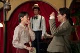 連続テレビ小説『スカーレット』第3週・第18回より。歌える喫茶「さえずり」で、喜美子にあることを告げるちや子。後ろで歌っているのは雄太郎(C)NHK