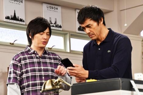 『まだ結婚できない男』第3話で共演する塚本高史(左)と主演の阿部寛 (C)カンテレ