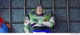 移動遊園地の射的ゲームの景品になってしまったバズ(C)2019 Disney/Pixar