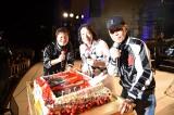 バースデーケーキを囲む(左から)堀内孝雄、矢沢透、谷村新司=アリス日比谷野外音楽堂