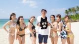 『石橋貴明プレミアム第4弾 恋する沖縄48時間ムーンビーチでタカさんチェック!』に出演する石橋貴明(中央)と女性参加者 (C)AbemaTV