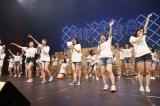 劇場8周年記念公演をサプライズ発表=『HKT48九州7県ツアー 〜あの支配人からの、卒業。〜』ファイナル夜公演より(C)AKS