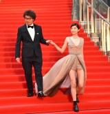 『第32回東京国際映画祭』レッドカーペットに登場した(左から)三木康一郎監督、佐久間由衣 (C)ORICON NewS inc.