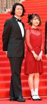 『第32回東京国際映画祭』のレッドカーペットに登場した(左から)冲方丁氏、花澤香菜 (C)ORICON NewS inc.