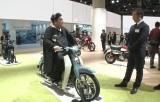 Hondaの原動機付自転車『スーパーカブ』に乗るマツコ(C)テレビ朝日