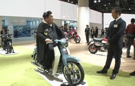 "Hondaの原動機付自転車『スーパーカブ』に乗るマツコ=『夜の巷を徘徊する』10月31日から3週連続で『第46回 東京モーターショー2019』を""徘徊""する様子を放送(C)テレビ朝日"