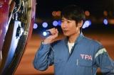 飛行機のエンジンの中をのぞき込む整備士・四宮要(戸次重幸)(C)テレビ朝日