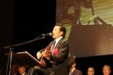 明治大学ホームカミングデーに卒業50年目の校友代表として宇崎竜童が登壇&熱唱