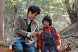 連続テレビ小説『スカーレット』第2週・第9回より。奥さんを探していると言い、喜美子に写真を見せる草間(佐藤隆太)(C)NHK