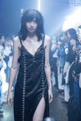 ikumi本人もモデルとして登場。「IKUMI SS20 TOKYO COLLECTION」より