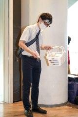 「今日は絶対に会社を休めない、ドラッグストアで買い物中のサラリーマン」の仮装 (C)oricon ME inc.