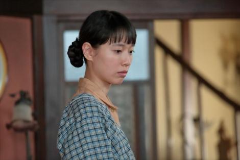 連続テレビ小説『スカーレット』第5週・第26回。圭介とあき子の交際が始まり、落ち込む喜美子(戸田恵梨香)(C)NHK