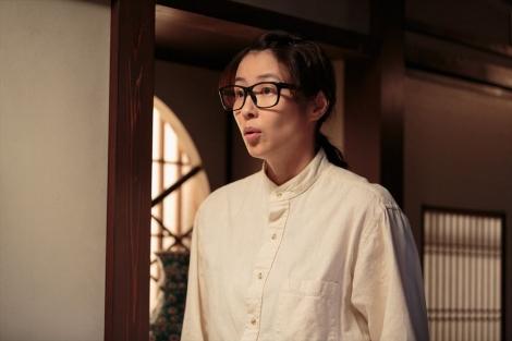 連続テレビ小説『スカーレット』第5週・第26回。圭介のことで落ち込む喜美子を心配するちや子(水野美紀)(C)NHK