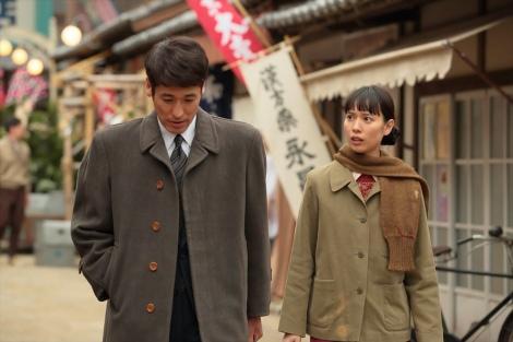 連続テレビ小説『スカーレット』第5週・第30回。草間の奥さんのお店に行こうと言う喜美子(戸田恵梨香)(C)NHK