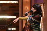 スタンドに細い指をはわせて色っぽく歌う池田エライザ(C)NHK