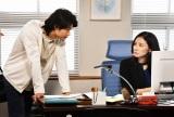 『まだ結婚できない男』の第6話に出演する(左から)磯村勇斗、吉田羊(C)関西テレビ