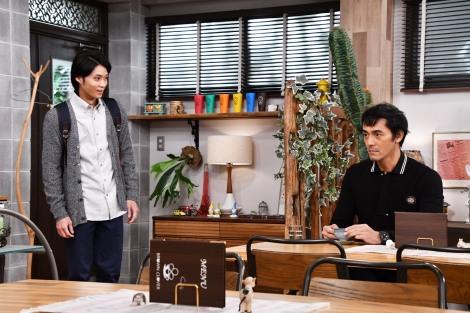 『まだ結婚できない男』の第6話に出演する(左から)磯村勇斗、阿部寛(C)関西テレビ