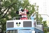 『御堂筋オータムパーティー2019 御堂筋ランウェイ』に登場した(左から)ミッキーマウス、ミニーマウス