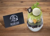 「謙虚、優しさ、絆!キラキラ輝け欅坂46パフェ」1,690円…欅坂46を象徴する緑のカラーで表現した抹茶パフェ。チョコレートやマカロン、アイスクリーム、わらび餅などを使用