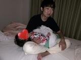 2歳になる双子の愛娘たちを寝かしつけるNON STYLE・石田明(写真はオフィシャルブログより)