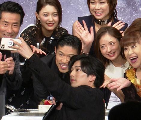 舞台出演者と誕生日ケーキを囲み自撮り (C)ORICON NewS inc.