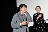 テイラー・スウィフトにハグされ嬉しさのあまり涙するファン(写真/Kayoko Yamamoto)