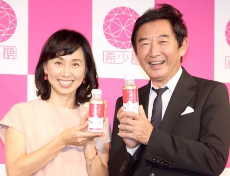 『レアシュガースウィート』リニューアル記念イベントに出席した(左から)東尾理子、石田純一 (C)ORICON NewS inc.