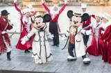 華やかな衣装に身を包んだミッキー&ミニー(C)Disney