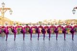 圧巻のラインダンス。「イッツ・クリスマスタイム!」より(C)Disney