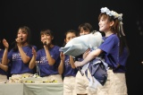 22歳の誕生日を祝福され笑顔の岡田奈々(C)STU