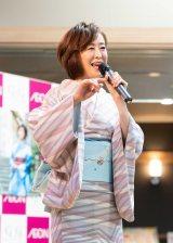 オリジナルアルバム『早苗歌』(10月23日)の発売を記念し、歌唱イベントを開催した城之内早苗(8日=東京・イオン葛西店)