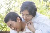 第5回(11月16日放送)より。育ての母・車光子(井上真央)をおんぶする寅次郎(井上優吏)(C)NHK