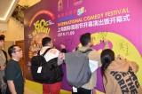『吉本新喜劇〜60周年 それがどうした!〜上海公演』上演前には座員がサインを入れた (C)ORICON NewS inc.