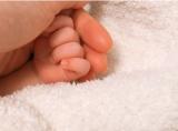 ベビーの手の写真とともに出産を報告した川栄李奈(写真は本人ブログより)