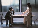 『+act(プラスアクト)』12月号に登場する(左から)中村倫也、戸田恵梨香