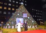 『aoyama christmas circus by avex』クリスマスツリー点灯式に出席した(左から)鈴木亜美、浅川梨奈 (C)ORICON NewS inc.