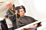 TBS1月スタート金曜ドラマ『病室で念仏を唱えないでください』より断髪中の伊藤英明(C)TBS
