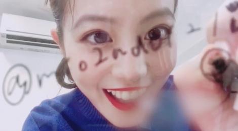 """サムネイル 今田美桜""""カメラサイン風""""動画(写真は公式ツイッターより)"""