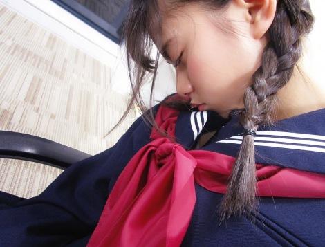 セーラー服姿で眠る齋藤飛鳥(写真は公式ツイッターより)