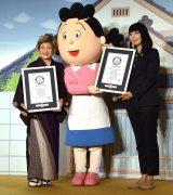 (左から)加藤みどり、サザエさん、ギネス認定委員 =CXアニメ50周年記念「サザエさんウィーク」発表会 (C)ORICON NewS inc.